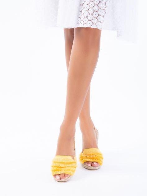 Żółte sandały z ozdobnym frędzelkowym przodem                              zdj.                              2