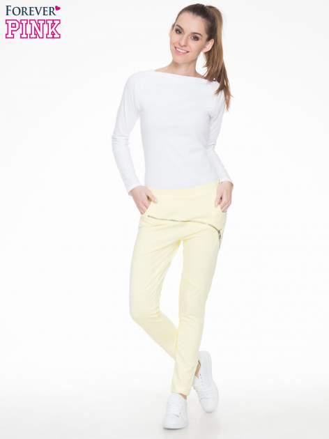 Żółte spodnie dresowe typu baggy z suwakiem                                  zdj.                                  2