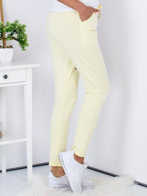 Żółte spodnie dresowe z naszywkami                              zdj.                              3