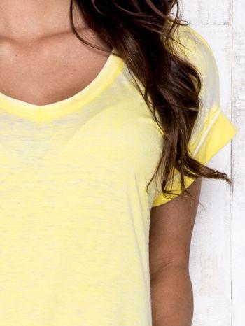 Żółty asymetryczny t-shirt z trójkątnym dekoltem                                  zdj.                                  6