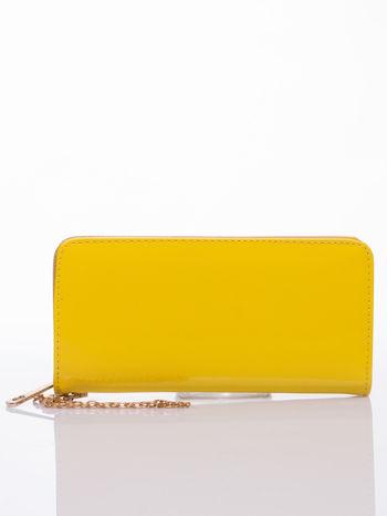 Żółty lakierowany portfel z odpinanym złotym łańcuszkiem                                  zdj.                                  1