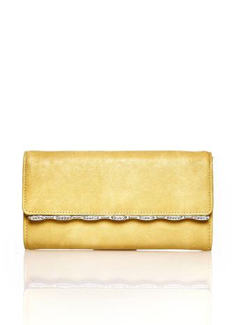 Żółty portfel z ozdobną aplikacją