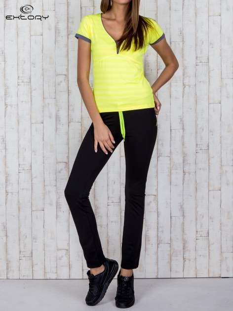 Żółty sportowy t-shirt z szarymi wykończeniami                                  zdj.                                  2