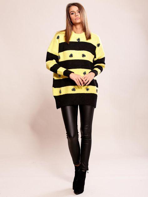 Żółty sweter oversize w paski z aplikacją                              zdj.                              4
