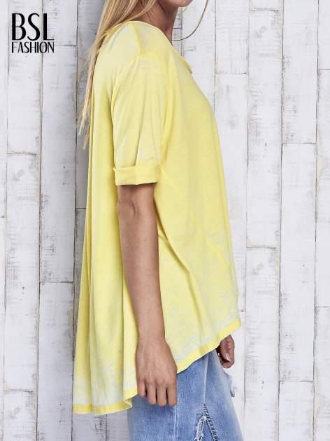 Żółty t-shirt acid wash z szerokim asymetrycznym dołem                                  zdj.                                  4