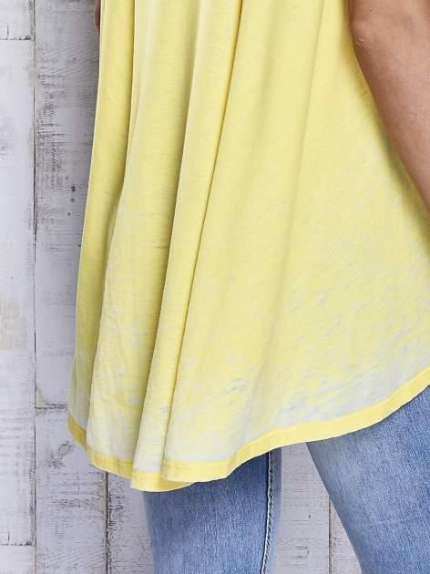 Żółty t-shirt acid wash z szerokim asymetrycznym dołem                                  zdj.                                  7