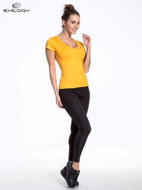 Żółty t-shirt sportowy termoaktywny z dekoltem V                                  zdj.                                  3