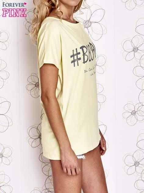 Żółty t-shirt z hashtagiem #BECAUSE                                  zdj.                                  3