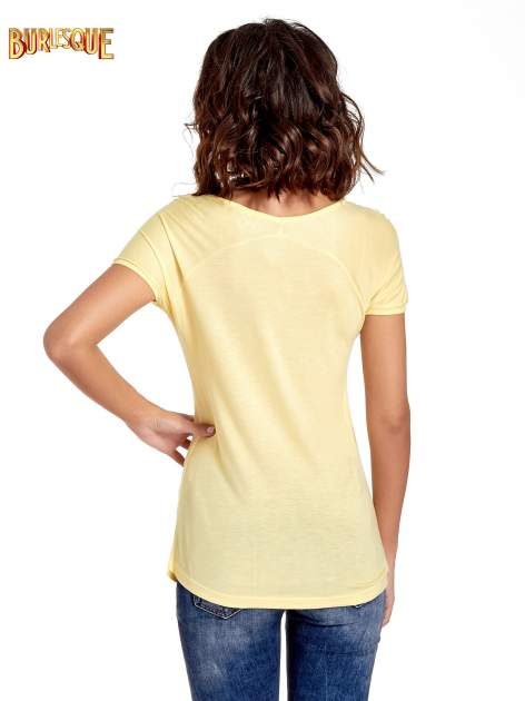 Żółty t-shirt z nadrukiem PARIS                                  zdj.                                  4