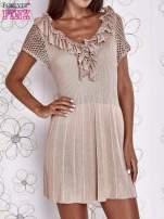 Beżowa dzianinowa sukienka z żabotem i ażurowymi rękawami                                  zdj.                                  1