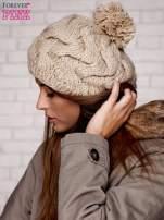 Beżowa dziergana czapka z pomponem