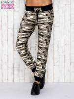 Beżowe spodnie dresowe moro ze ściągaczem                                  zdj.                                  1