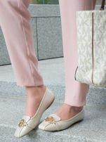 Beżowo-perłowe tłoczone baleriny Monnari z ozdobną złotą przypinką                                  zdj.                                  5