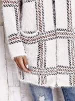 Beżowy sweter w kratę z kieszeniami                                  zdj.                                  7