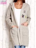 Beżowy wełniany sweter z naszywkami i kapturem