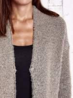 Beżowy włochaty sweter z otwartym dekoltem