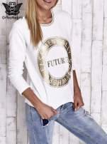 Biała bluza w stylu glamour ze złotym nadrukiem i lamówką                                                                          zdj.                                                                         4
