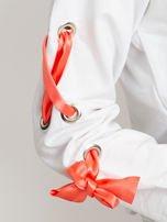 Biała bluza z kokardami na rękawach                                  zdj.                                  2