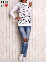 Biała bluza z kwiatowym nadrukiem                                  zdj.                                  2