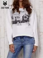 Biała bluza z nadrukiem i wiązaniem na plecach