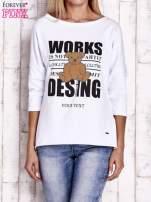 Biała bluzka oversize z nadrukiem i surowym wykończeniem                                  zdj.                                  1