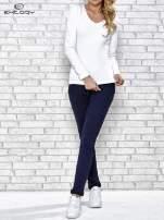 Biała bluzka sportowa z dekoltem V                                  zdj.                                  2