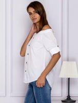 Biała bluzka z ozdobnymi guzikami                                  zdj.                                  5