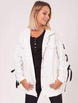 Biała jeansowa kurtka ze sznurowaniem na rękawach                                  zdj.                                  1