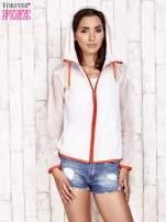 Biała kurtka wiatrówka z pomarańczowym suwakiem                                  zdj.                                  5