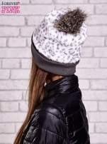Biała pluszowa czapka w panterkę z futrzanym pomponem