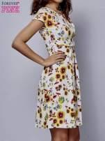 Biała rozkloszowana sukienka z krótkim rękawem w czerwone kwiaty                                  zdj.                                  3