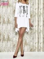Biała sukienka damska z nadrukiem kotów                                  zdj.                                  2
