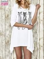 Biała sukienka damska z nadrukiem kotów                                  zdj.                                  1