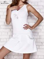 Biała sukienka sportowa z wiązaniem przy dekolcie                                  zdj.                                  1