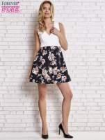 Biała sukienka z kwiatowym dołem i z suwakiem z tyłu                                                                          zdj.                                                                         2