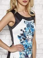 Biała sukienka z niebieskim nadrukiem kwiatowym z dżetami                                                                          zdj.                                                                         5