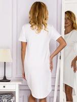 Biała sukienka z ozdobną kieszonką                                  zdj.                                  2