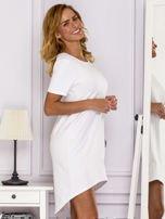 Biała sukienka z ozdobną kieszonką                                  zdj.                                  3