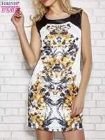 Biała sukienka z żółtym nadrukiem kwiatowym z dżetami                                  zdj.                                  1