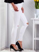 Białe dopasowane spodnie jeansowe z rozdarciami                                  zdj.                                  3