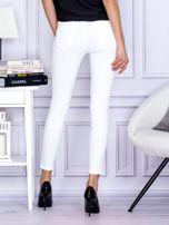 Białe jeansowe spodnie rurki z perełkami                                  zdj.                                  2