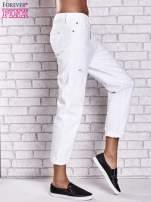 Białe spodnie boyfriend jeans z przetarciami                                                                          zdj.                                                                         2