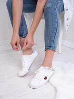 Białe tenisówki Kylie z kolorowymi serduszkami                                   zdj.                                  3
