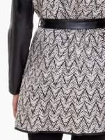 Biało-czarny wzorzysty wełniany płaszcz ze skórzanymi rękawami