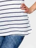 Biało-granatowy t-shirt w paski z koronkowym wykończeniem                                  zdj.                                  6