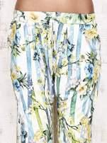 Biało-niebieskie lejące spodnie z kolorowymi paskami                                  zdj.                                  5