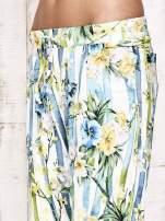Biało-niebieskie lejące spodnie z kolorowymi paskami                                  zdj.                                  8