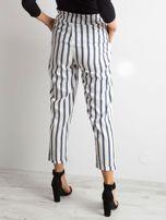 Biało-niebieskie spodnie w paski                                  zdj.                                  2