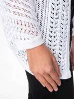 Biały ażurowy sweter typu narzutka poncho                                  zdj.                                  5