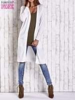 Biały długi sweter z ażurowym zdobieniem szwów                                  zdj.                                  4